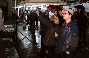 """「総理と呼ばれるおっさん」で喜ぶコヌー と香港の黒鬼。 Kun Woo and HakGwai from Hong Kong [specital thanks to """"funny revenge""""AGIT]"""